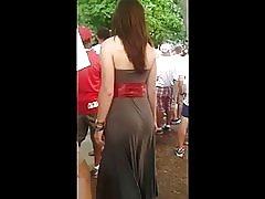 Seksi kurva u obična haljina