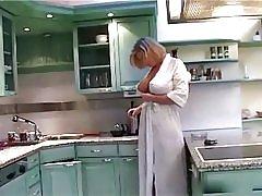Prsata ženska u otvoreni ogrtač.