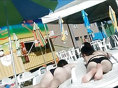 Dva mlada ne sestre u vodenom parku