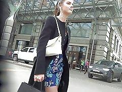 Slatka djevojka u haljini čarape skrivena kamera