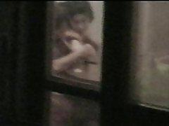Uhvaćen prozor neghbours par vruće voajer