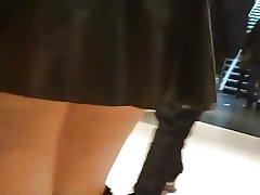 Lycaena shopping u lateks suknje, savijanje i treperi