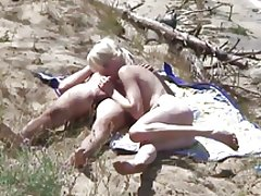 Mršava plavuša jebote na plaži