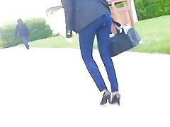 Lijepa Arapski djevojka u trapericama u ulica - Francuska - engleski