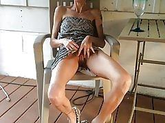 Mršava žena pokazuje joj maca nakon čaše vina