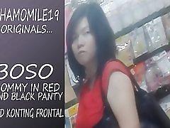 Boso mama u crvenoj haljini crne gaćice