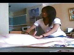 Azijska djevojka masaža sa sretnim završetkom