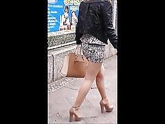 Djevojka sa seksi noge u mini suknju, gaćice i štikle