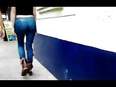 Djevojka nalgona u trapericama