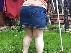 Cindy se u rublje. susjedi u vrtu.