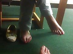 Skriveni stopala u knjižnici s azijskim studentica, slatka i sramežljiv